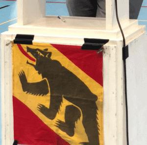 Rednerpult mit Berner Fahne